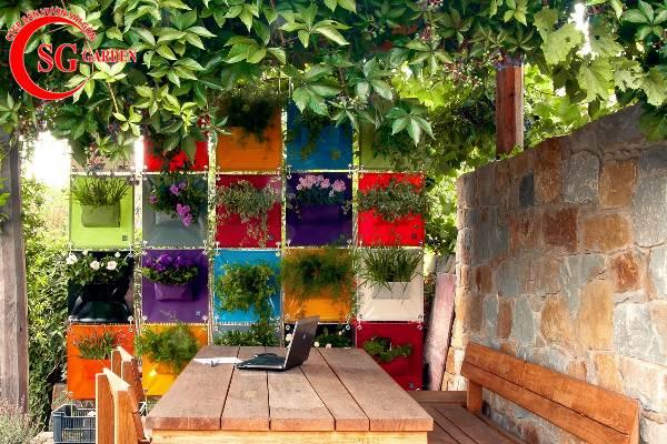 sân vườn nhỏ có chậu cây treo 3