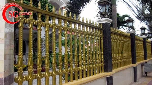 hàng rào bê tông kim loại